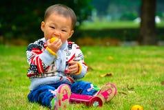 Счастливый для еды младенца плодоовощ Стоковое фото RF