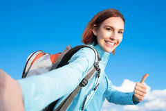 Счастливый hiker горы женщины стоковая фотография