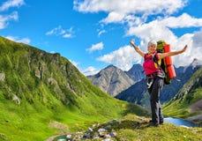 Счастливый hiker na górze холма в сибирских горах Стоковые Изображения RF