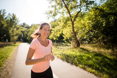 Счастливый jogging в парке Стоковое Изображение