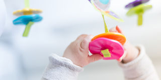 Счастливый newborn играть младенца стоковое фото rf