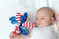 Счастливый newborn ребёнок играя с pinwheel стоковые фотографии rf