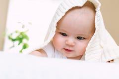 Счастливый newborn усмехаться ребёнка стоковое фото rf