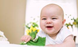 Счастливый newborn усмехаться ребёнка стоковая фотография