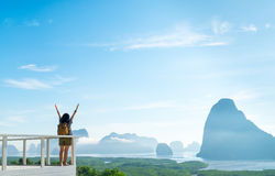Счастливым молодым рука женщины путешественника поднятая backpacker до неба наслаждается Стоковая Фотография RF