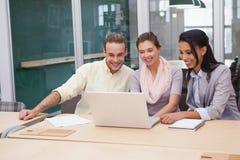 3 счастливых бизнесмена работая совместно на компьтер-книжке Стоковое Изображение