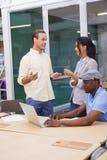 3 счастливых бизнесмена работая совместно на компьтер-книжке Стоковая Фотография
