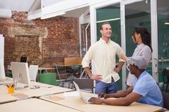 3 счастливых бизнесмена работая совместно на компьтер-книжке Стоковое Фото