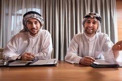 2 счастливых бородатых работника на таблице Стоковое фото RF