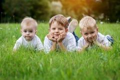 3 счастливых брать детей отдыхая на Стоковое фото RF