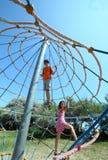 2 счастливых брать играя на спортивной площадке Стоковая Фотография