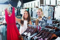 2 счастливых девушки выбирая платье совместно Стоковое Фото