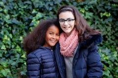 2 счастливых девушки в парке Стоковая Фотография RF