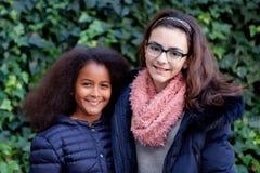 2 счастливых девушки в парке Стоковые Изображения RF