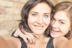 2 счастливых девушки делают selfie на камере или мобильном телефоне Стоковые Изображения