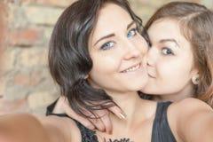 2 счастливых девушки делают selfie на камере или мобильном телефоне Стоковые Фотографии RF