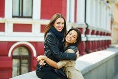 2 счастливых девушки имея потеху, представляя женское приятельство Стоковое фото RF