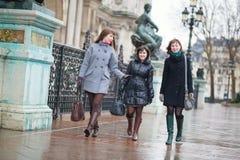 3 счастливых девушки идя совместно Стоковое Изображение RF