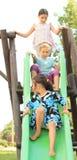 3 счастливых девушки на скольжении Стоковые Фото