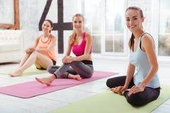 3 счастливых девушки представляя после тренировки группы Стоковые Фото