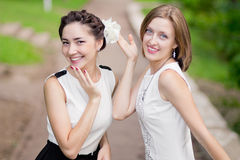 2 счастливых девушки смеясь над в парке Стоковое фото RF