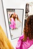 2 счастливых девушки смотрят в зеркало Стоковые Изображения