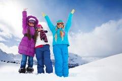 2 счастливых девушки снаружи на зимний день Стоковая Фотография