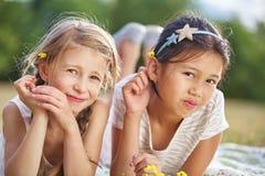 2 счастливых девушки с цветками на их волосах стоковая фотография rf