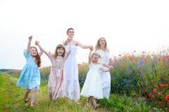 3 счастливых дет бежать на поле на времени дня Conce стоковые изображения rf