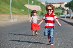 2 счастливых дет бежать на прогулке Стоковое фото RF
