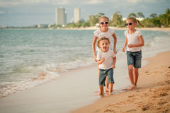 3 счастливых дет бежать на пляже Стоковое Изображение RF