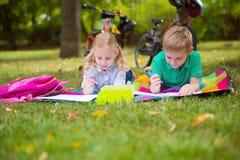 2 счастливых дет в парке Стоковые Фото