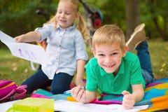 2 счастливых дет в парке Стоковые Изображения