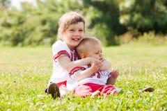 2 счастливых дет в русских фольклорных одеждах Стоковая Фотография RF