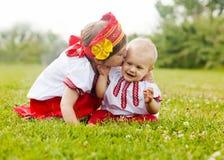 2 счастливых дет в фольклорных одеждах   в лете Стоковые Фотографии RF