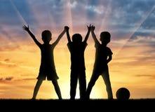 3 счастливых дет держа руки Стоковая Фотография