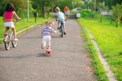 3 счастливых дет ехать на велосипеде Стоковое Изображение RF