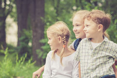 3 счастливых дет играя в парке на времени дня Стоковое Изображение RF