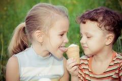 2 счастливых дет играя в парке на времени дня Стоковая Фотография RF