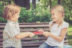 2 счастливых дет играя в парке Стоковое Изображение RF
