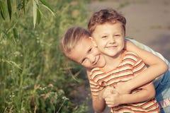 2 счастливых дет играя в парке Стоковые Фотографии RF