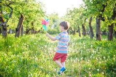 2 счастливых дет играя в саде с ветрянкой Стоковая Фотография RF