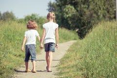2 счастливых дет играя на дороге Стоковое Фото