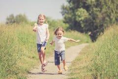 2 счастливых дет играя на дороге Стоковые Фотографии RF