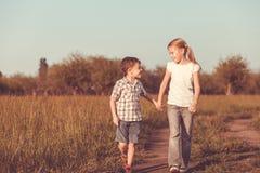 2 счастливых дет играя на дороге Стоковая Фотография RF