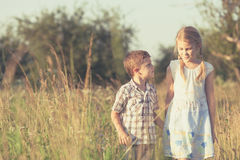 2 счастливых дет играя на дороге Стоковое Изображение