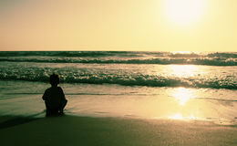 2 счастливых дет играя на пляже Стоковые Фото