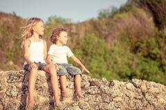 2 счастливых дет играя на пляже Стоковые Изображения RF