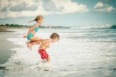 2 счастливых дет играя на пляже Стоковое Изображение RF