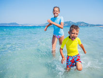 2 счастливых дет играя на пляже Стоковое фото RF